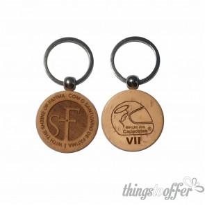 Porta-chaves feito de madeira de faia natural com logo da VII peregrinação da bênção dos capacetes gravado de um lado e o do santuário do outro.