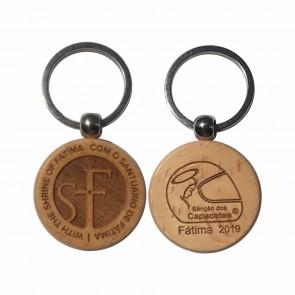 Porta llaves hechos de madera de haya natural con logo de la bendición de los cascos 2019 grabado de un lado y el del santuario del otro.